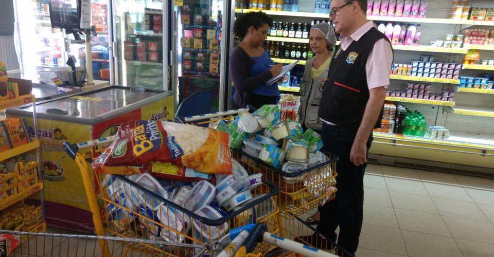 Procon e Vigilância Sanitária de Jaboatão fiscalizam supermercado Soberano, em Piedade