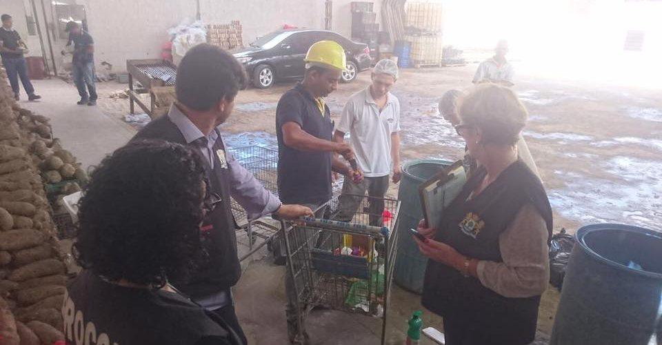 Procon e Vigilância Sanitária de Jaboatão interditam balcão de frios do supermercado IBS, em Dom Helder